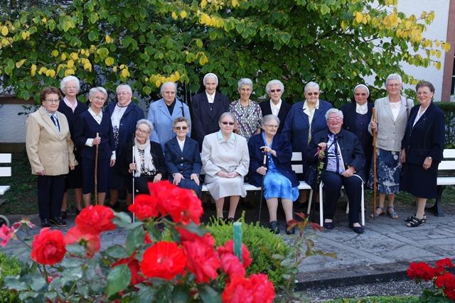 1.Le groupe des 17 jubilaires qui a ft 60 ans de vie religieuse.